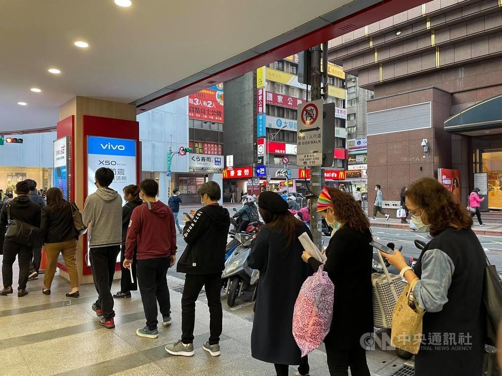 臺產防疫保單熱銷,至25日截止收件前,投保民眾人龍仍排至南陽街。中央社記者謝方娪攝 110年1月25日