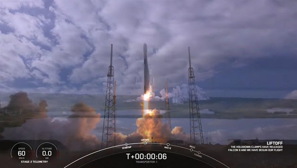 台灣團隊研製的飛鼠衛星、玉山衛星,24日晚間11時搭乘SpaceX的獵鷹九號火箭,於美國卡納維爾角基地升空。(圖取自SpaceX YouTube頻道網頁youtube.com)
