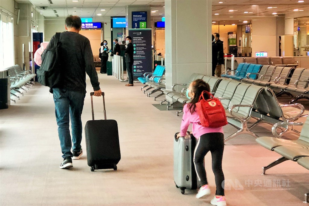 武漢肺炎疫情重創桃園國際機場營運,桃機公司統計,2020年虧損達新台幣19.2億元。圖為桃機候機室。(中央社檔案照片)