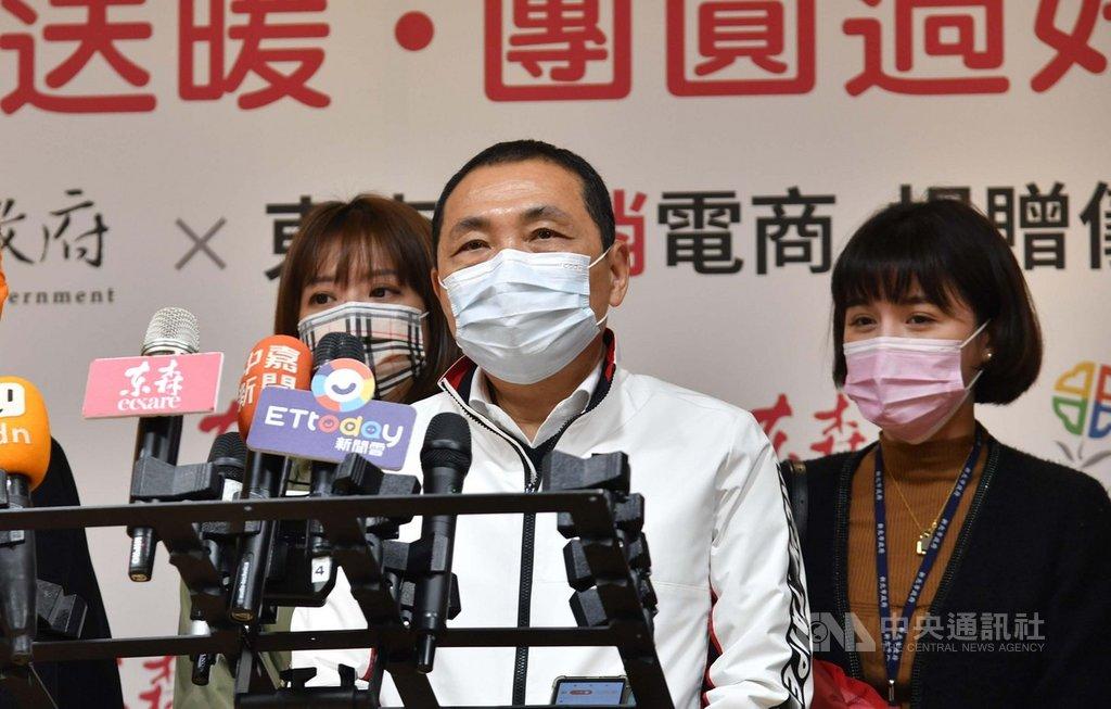 針對桃園全市將要大消毒一事,新北市長侯友宜(中)25日受訪表示,「我們已經準備好,隨時做好大清消」。中央社記者王鴻國攝  110年1月25日