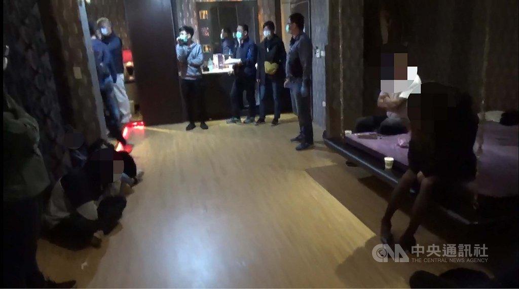 武漢肺炎疫情升溫,台南市警局永康分局查獲汽車旅館性愛雜交派對時,先要求一絲不掛的男女們戴上口罩後,才穿回身上衣物接受偵訊。(台南市警局提供)中央社記者張榮祥台南傳真 110年1月25日