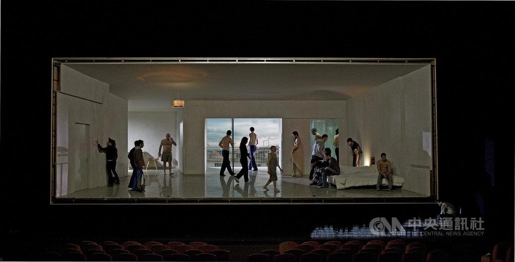 兩廳院推出劇場裝置作品「內情」,30名演出者在屋裡進行一連串日常動作交疊與組合。這次國家劇院大廳將改造成可坐、站、臥躺,如房間般的展覽空間,搭配長達6小時的影像紀錄,測試觀眾的偷窺慾望。(兩廳院提供)中央社記者趙靜瑜傳真  110年1月25日