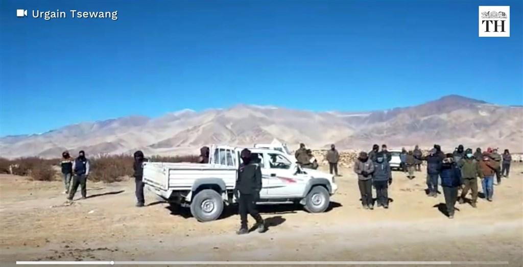 拉達克邊境村莊村長指控,向印度人報分享一支在當地拍攝的影片,影片顯示兩輛中國車輛進入印度的道路,但遭到當地居民和安全人員阻擋。(圖取自印度人報網頁thehindu.com)