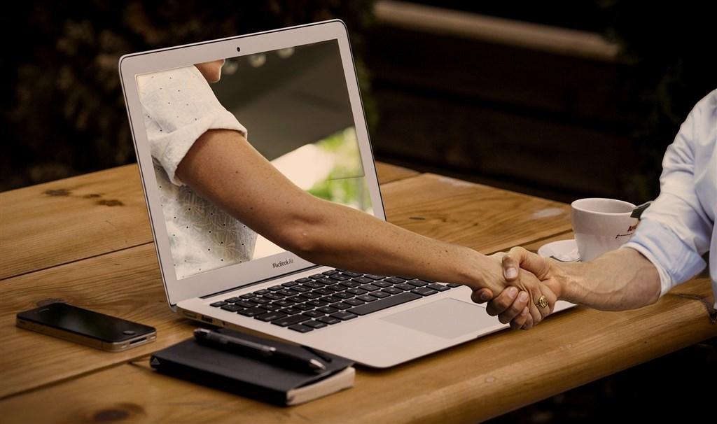 網路交友慎防色情詐騙,刑事局25日指出,2名軍人近來在網路上交友,被要求簽約會合約或購買遊戲點數而遭詐騙。(示意圖/圖取自Pixabay圖庫)