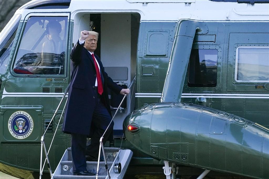 聯邦眾議院議長裴洛西預計25日將彈劾前總統川普(圖)的條文送交參議院,啟動美國首見前總統遭第二度彈劾審理程序。圖為川普20日搭乘直升機陸戰隊一號離開白宮。(美聯社)