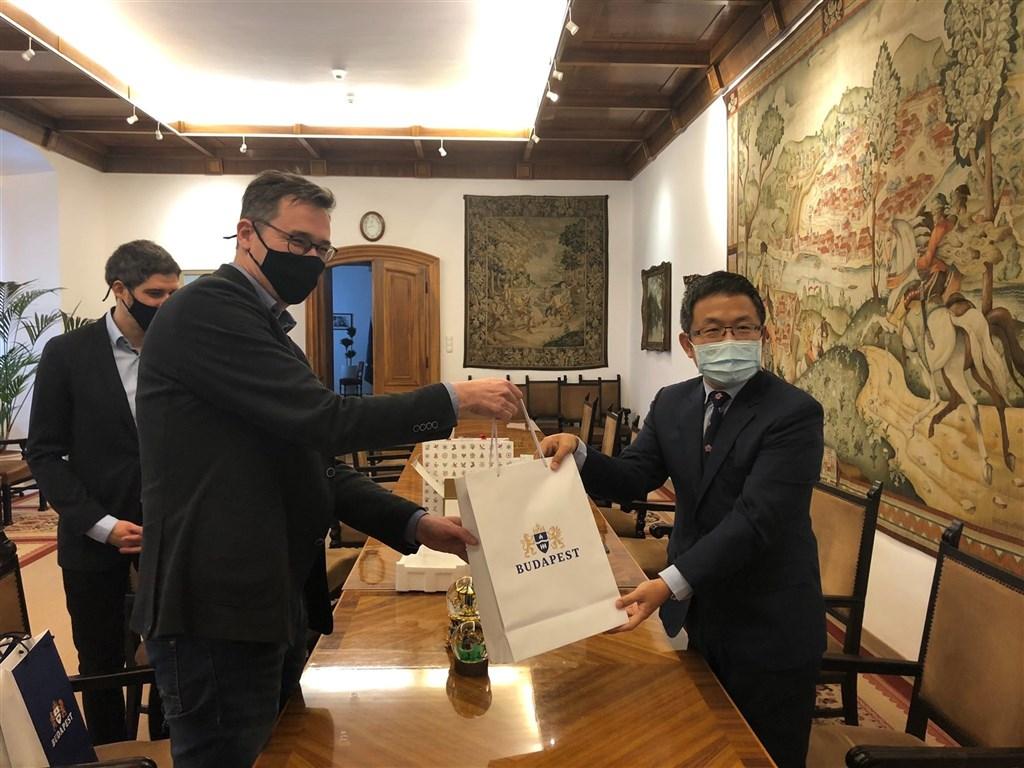 桃園武漢肺炎疫情升溫,匈牙利首都布達佩斯市長卡拉松尼(前左)25日(台灣時間)特地表示聲援。圖為卡拉松尼2020年11月與駐匈代表劉世忠(右)會面,並感謝桃園市捐贈布達佩斯30萬片醫療口罩。(圖取自twitter.com/bpkaracsonyg)