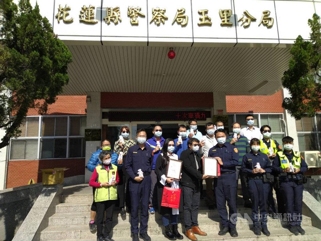過去曾擔任員警、目前在高雄市律師事務所執業的黃馨瑩發起「關心台灣警察100計畫」,從她當年服務的花蓮縣警察局玉里分局為第一站開跑,贈與防疫關懷包180份給玉里分局的全體員警。(玉里警分局提供)中央社記者李先鳳傳真  110年1月26日