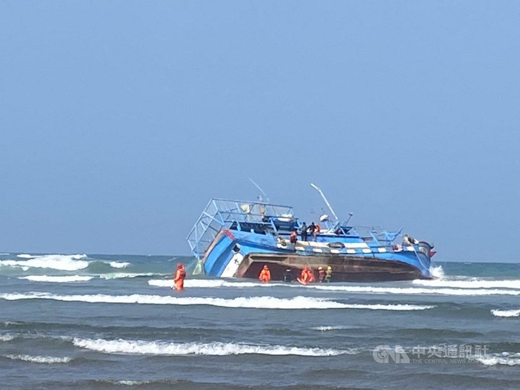 三芝淺水灣海域26日發生漁船擱淺意外,海巡人員獲報趕往救援,5名外籍漁工順利獲救。(翻攝照片)中央社記者王鴻國傳真  110年1月26日