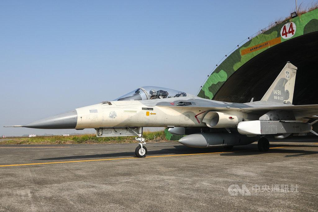 國軍春節期間加強戰備,空軍第一戰術戰鬥機聯隊26日在台南空軍基地實施戰備演練,IDF戰機裝掛萬劍彈出勤。中央社記者王騰毅攝 110年1月26日