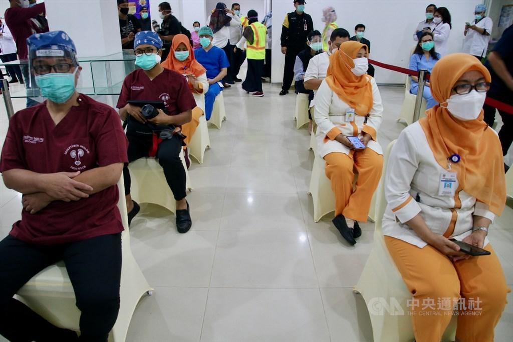 印尼14日起為醫護人員、地方首長等群體優先施打新型冠狀病毒疫苗。圖為雅加達中區RSUPN Dr. Cipto Mangunkusumo的醫護人員等候接種。中央社記者石秀娟雅加達攝 110年1月14日
