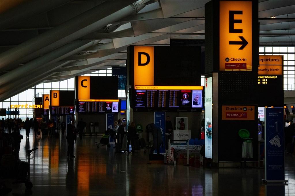 英國變種病毒疫情嚴峻,政府正考慮採用旅館強制隔離,但尚未決定是否將對全部入境旅客集中檢疫。圖為倫敦希斯洛機場。(圖取自Pixabay圖庫)