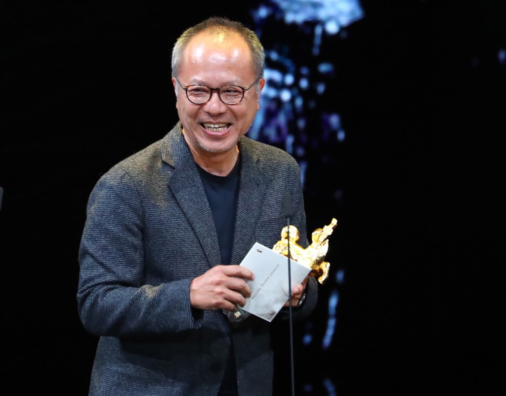 楊士琪紀念獎今年從台北電影節獨立後,26日宣布第8屆得獎者為導演鍾孟宏,肯定他提拔新一代電影人為影界付出的精神。圖為鍾孟宏2019年獲得第二座金馬獎最佳導演獎。(中央社檔案照片)