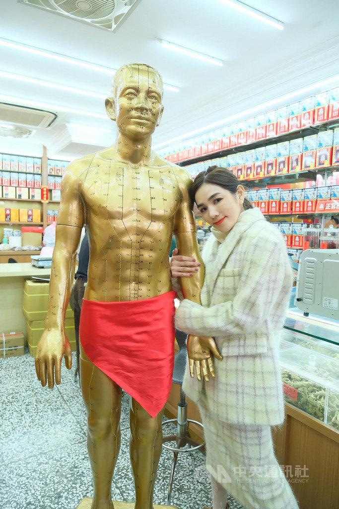 歌手Ella(陳嘉樺)為了拍攝新歌「娛樂無限公司」MV ,穿梭在台北街頭拍攝,連中藥行也成取景地點之一。(勁樺娛樂提供)中央社記者王心妤傳真  110年1月26日