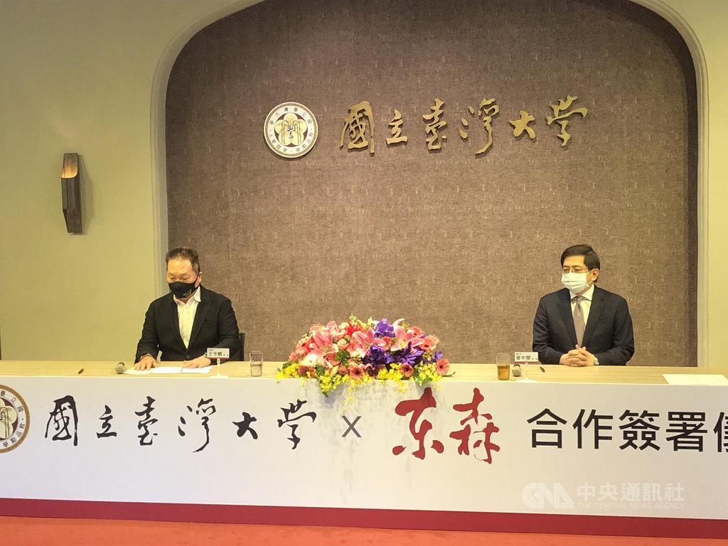 東森集團總裁王令麟(左)與台灣大學校長管中閔(右)27日簽訂產學合作意向書,預計捐贈生技大樓,並合作產學研發中心。中央社記者陳至中攝  110年1月27日