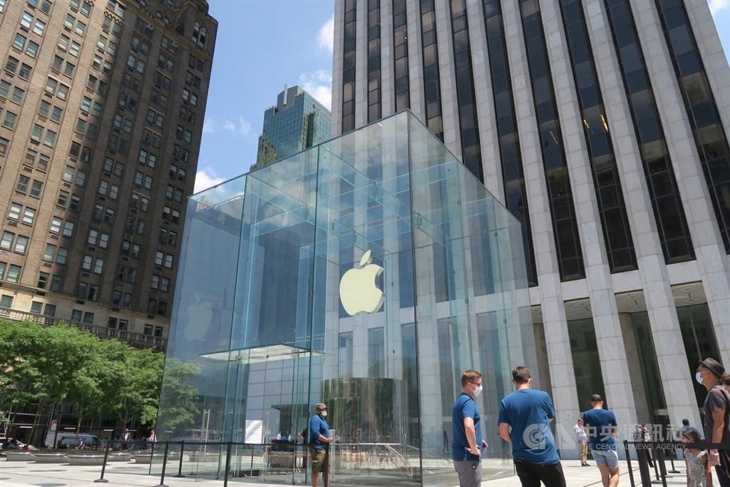 日經亞洲評論27日報導,蘋果正把iPhone、iPad、Mac和其他產品的生產線加速移出中國。圖為曼哈頓第五大道蘋果直營店。(中央社檔案照片)