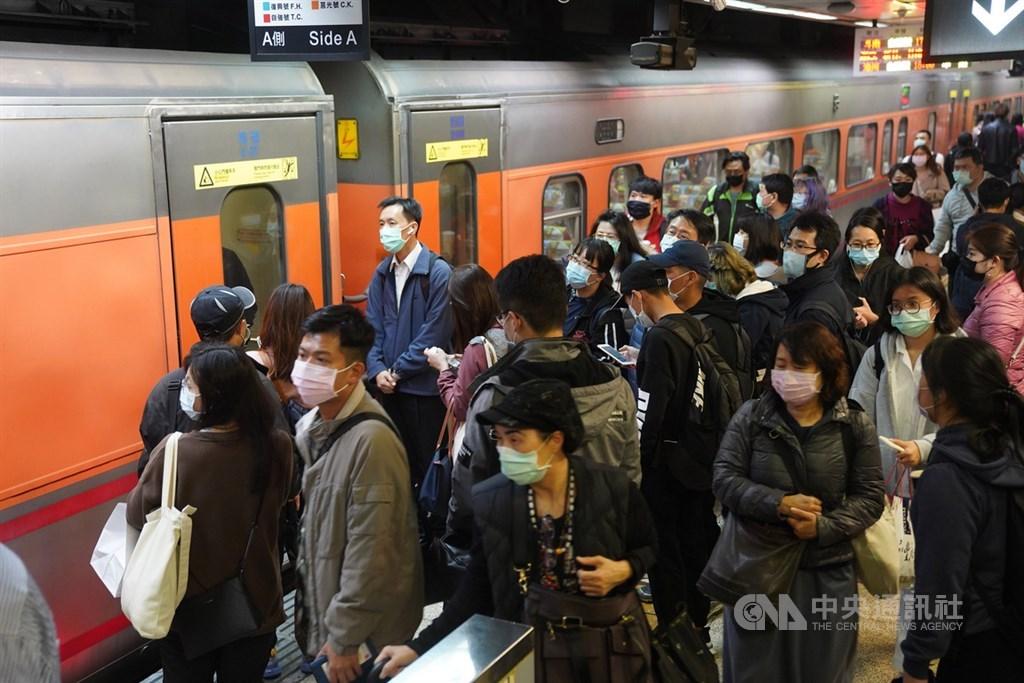台鐵27日表示,一名女性列車長曾至有武漢肺炎確診個案醫院就診,列車長已居家隔離,有接觸的台鐵員工展開自主健康管理,列車也調回消毒。圖為台鐵旅客。(中央社檔案照片)