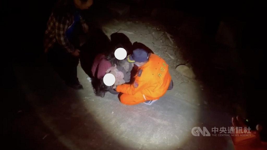 台中市一名婦人疑與丈夫口角後帶著2歲女兒負氣離家,苗栗警方及海巡人員接獲轉報,26日晚間在苗栗縣通霄海邊發現母親抱著疑似溺水女兒蹲在岸邊,女童已癱軟失去意識,經送醫搶救不治。(民眾提供)中央社記者管瑞平傳真  110年1月27日