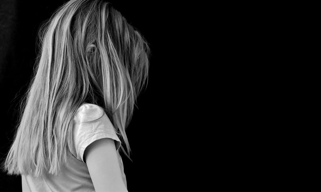 台中市一對夫妻育有3名未成年女兒,大女兒遭鄰居男子多次性侵,鄰男先遭起訴及通緝。(示意圖/圖取自Pixabay圖庫)