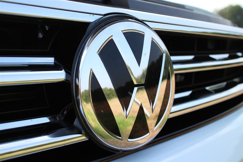 晶片短缺問題讓各國汽車工業頭痛不已,德國福斯等車廠被迫減產。(圖取自Pixabay圖庫)
