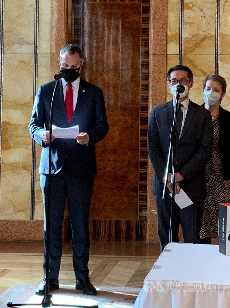 捷克布拉格市長賀瑞普(左)27日與駐捷克代表柯良叡(右)共同主持記者會,宣告布拉格將深化與台灣的互惠夥伴關係,促進科學、教育領域的實質合作。(外交部提供)中央社記者陳韻聿傳真 110年1月27日