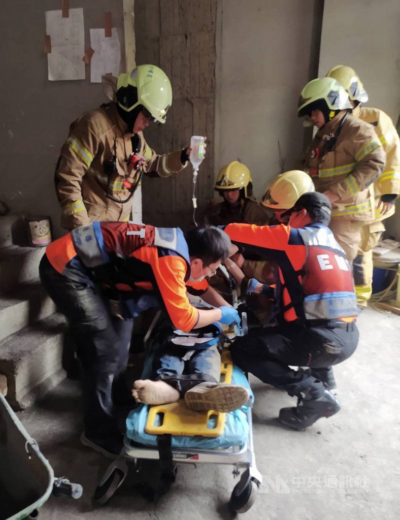 台南市中西區27日發生工安意外,一名男性工人從5樓電梯井墜落命危,救護人員獲報到場協助緊急送醫搶救。(台南市消防局提供)中央社記者張榮祥台南傳真  110年1月27日