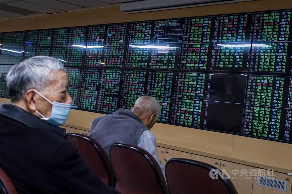 台股28日開低走低,指數終場收在15415.88點,跌285.57點,失守15531點月線,成交值新台幣3593.29億元。圖為投資人觀看一片綠油油的盤面。中央社記者吳家昇攝 110年1月28日