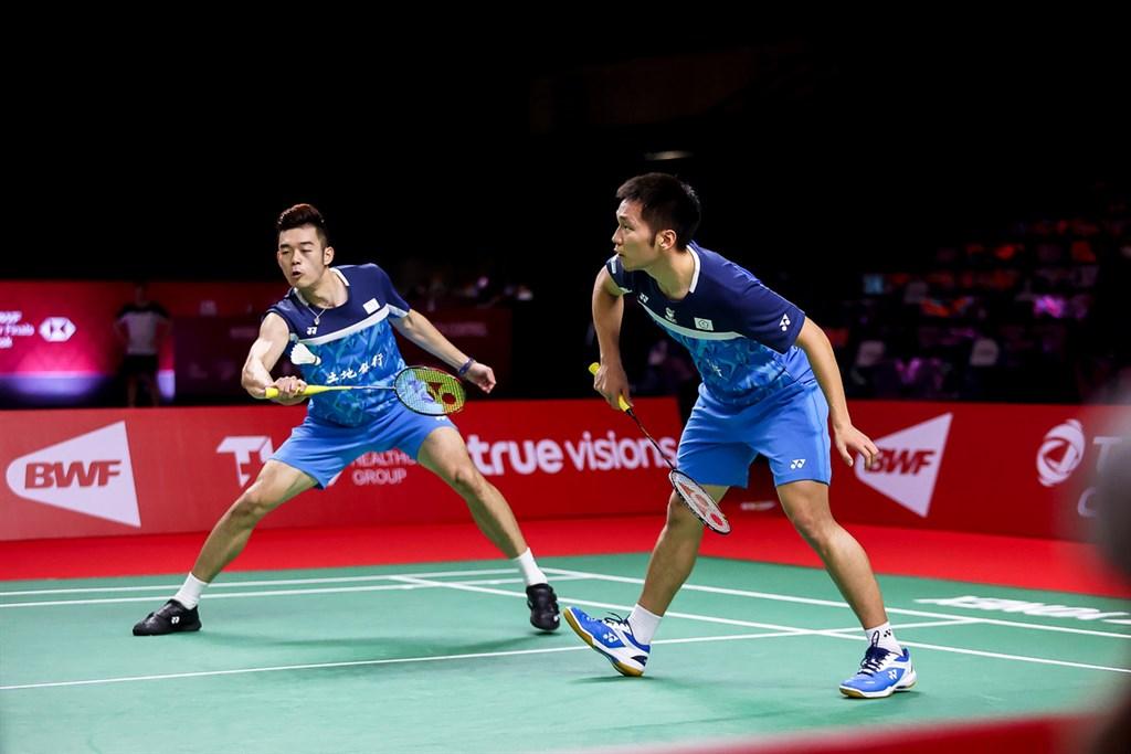 台灣羽球男雙組合王齊麟(左)與李洋(右)28日在世界羽球年終賽小組賽第2戰,靠著強拉尾盤以21比14、21比18擺脫英格蘭組合雷恩與文迪。圖為27日比賽畫面。(泰國羽球協會提供)