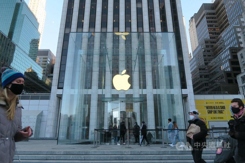 在iPhone 12加持下,蘋果公司2021會計年度首季營收1114億美元,創公司成立以來新高。圖為紐約民眾行經曼哈頓第五大道蘋果直營店。中央社記者尹俊傑紐約攝 110年1月28日