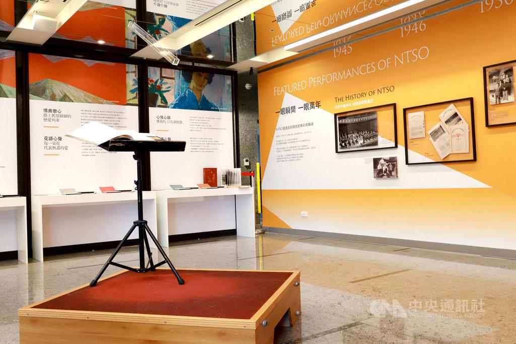 國立台灣交響樂團今年成軍滿75年,近期推出「聽見台灣的聲音」特展,展出首任團長蔡繼琨使用過的指揮棒,就懸吊在指揮台上,民眾可以近距離站上指揮台,遙想音樂家們的音樂工作之路。(文化部提供)中央社記者趙靜瑜傳真 110年1月28日