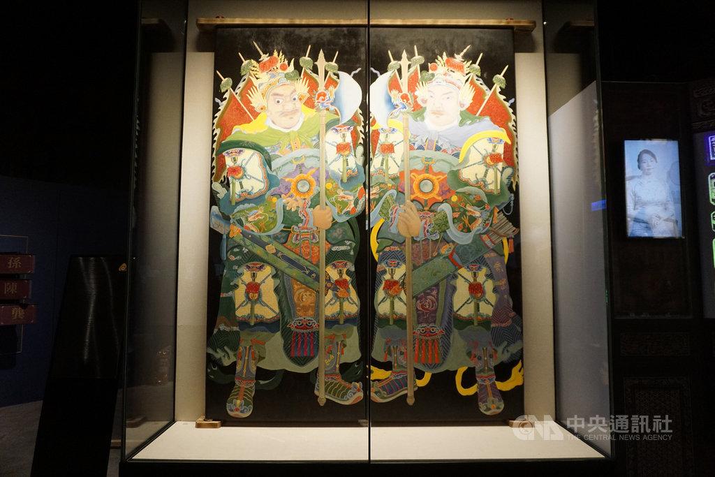 金門「瓊林蔡氏祠堂–蔡氏家廟」的彩繪門神,在美術學者耗時以傳統古法復刻下華麗重現,28日進駐金門歷史民俗博物館常態展出。中央社記者黃慧敏攝 110年1月28日