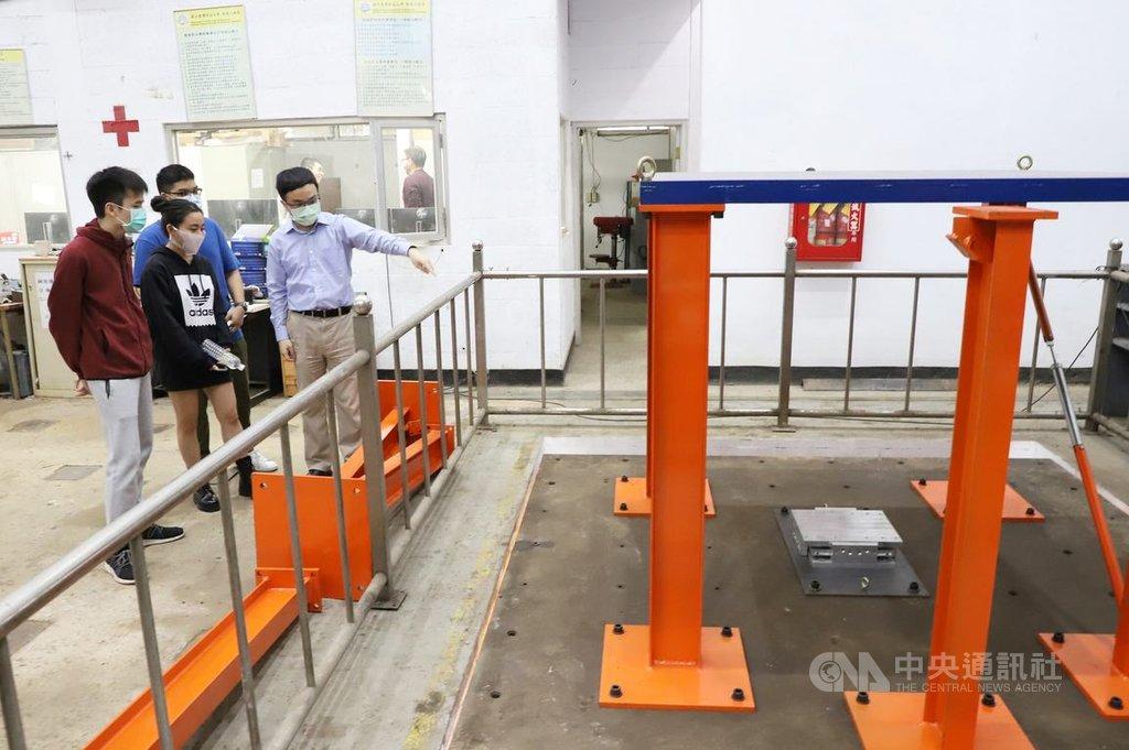 台灣科技大學營建工程系打造地震模擬振動台,摩擦力更小、震波更穩;除可進行動態耐震測試,還能實地觀察物理現象、量測結構反應,有助於理解和驗證。(台科大提供)中央社記者許秩維傳真  110年1月28日