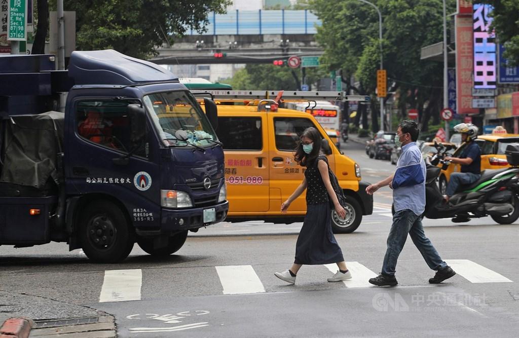 交通部部務會報28日通過修正道路交通管理處罰條例,強化行人路權保障,包含停讓行人先行通過者,罰鍰上限從新台幣3600元提高到6000元。(中央社檔案照片)