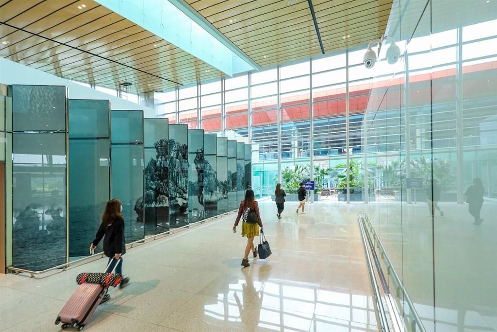 越南28日通報82人確診,其中72人是台資企業越南珀韻電子有限公司員工,另有一例為雲屯國際機場員工。圖為雲屯機場入境旅客。(圖取自facebook.com/CanghangkhongQuocteVanDon)