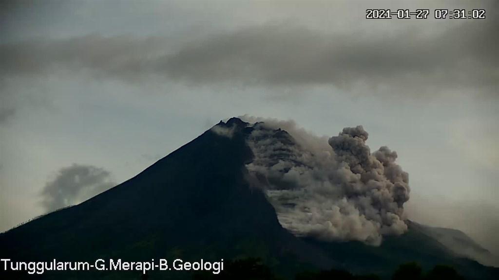 印尼梅拉比火山27日噴發,巨大灰雲直衝天際,轟隆作響的火山口不斷冒出滾滾濃煙。(圖取自twitter.com/BNPB_Indonesia)
