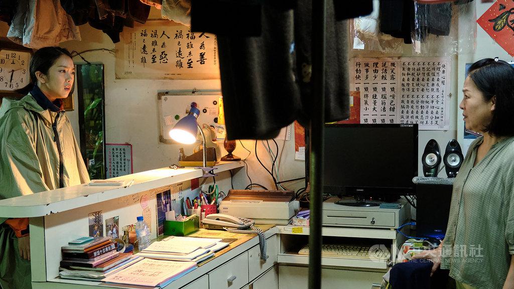 台劇「大債時代」將迎來大結局,戲中演員李霈瑜(大霈)(左)飾演的小資女為補上媽媽潘麗麗(右)欠下的資金缺口,變本加厲兼差工作,母女關係降到冰點。(公視提供)中央社記者葉冠吟傳真  110年1月28日