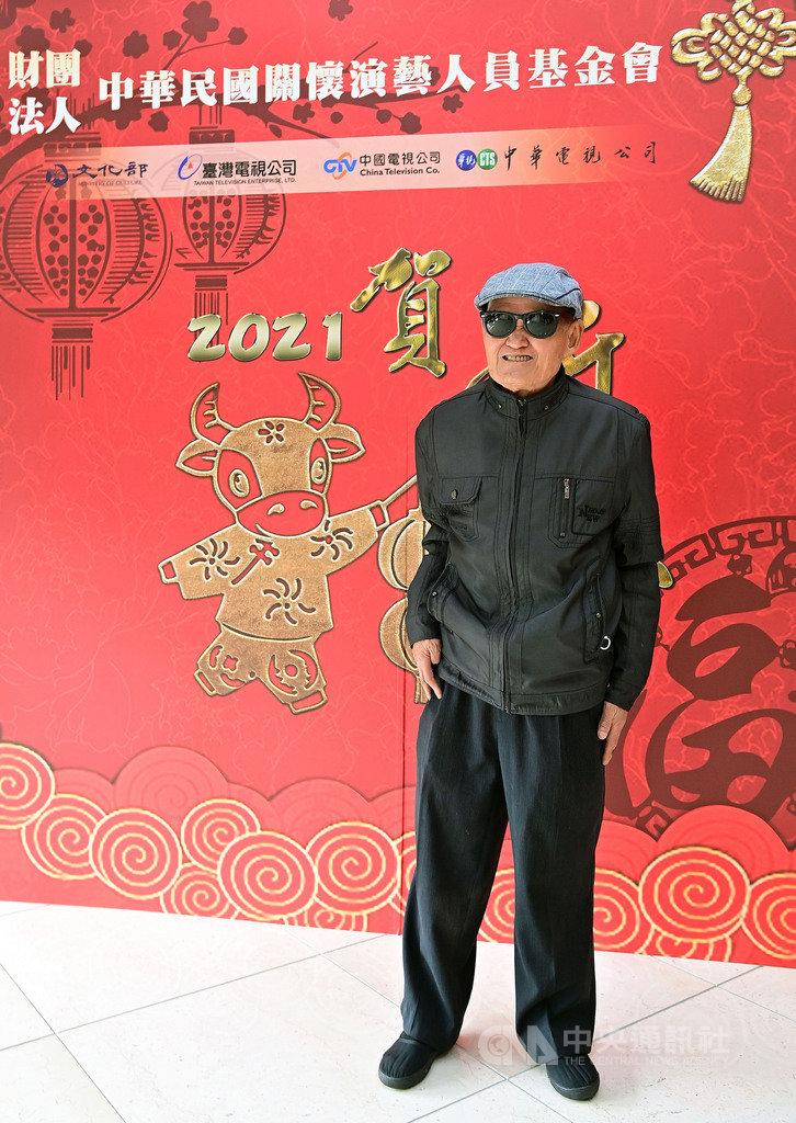 72歲資深歌手李炳輝28日出席「110年關懷演藝人員春節聯歡餐會」,他坦言受疫情影響比較少去街頭表演,但健康快樂就好。(台視提供)中央社記者葉冠吟傳真  110年1月28日