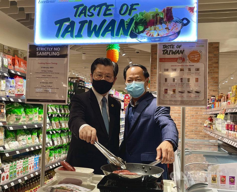 駐新加坡代表梁國新(左)5日出席一場冷凍台灣豬肉及漁產品拓銷會,與星國超市業者代表陳錦榮合影。中央社記者侯姿瑩新加坡攝  110年2月5日