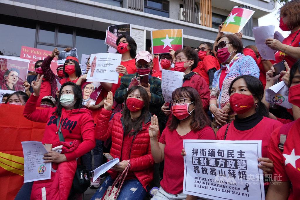 在台緬甸僑胞6日在新北市發起遊行,跨海聲援遭軍方軟禁的緬甸國務資政翁山蘇姬,用行動表達對家鄉的關切。中央社記者沈佩瑤攝  110年2月6日