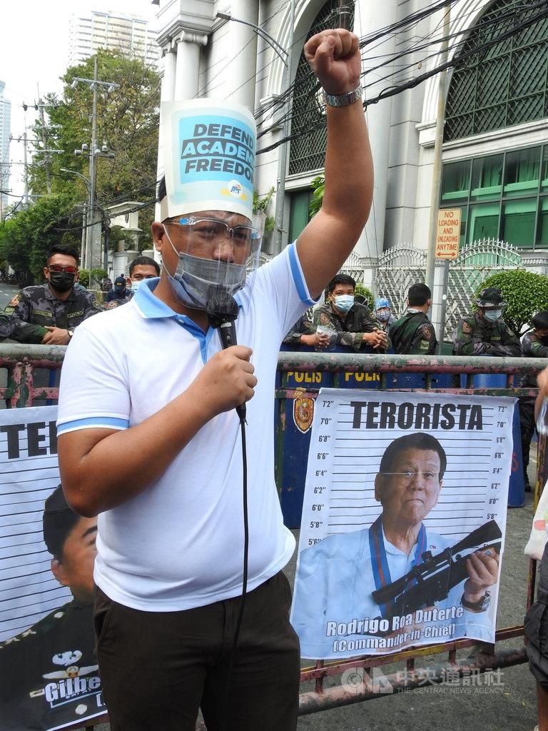 多個菲律賓民間團體2日號召上千名民眾前往最高法院示威,要求廢止反恐新法。抗議人士背後以菲國總統杜特蒂照片和「恐怖分子」字樣,指杜特蒂才是恐怖分子。中央社記者陳妍君馬尼拉攝 110年2月7日