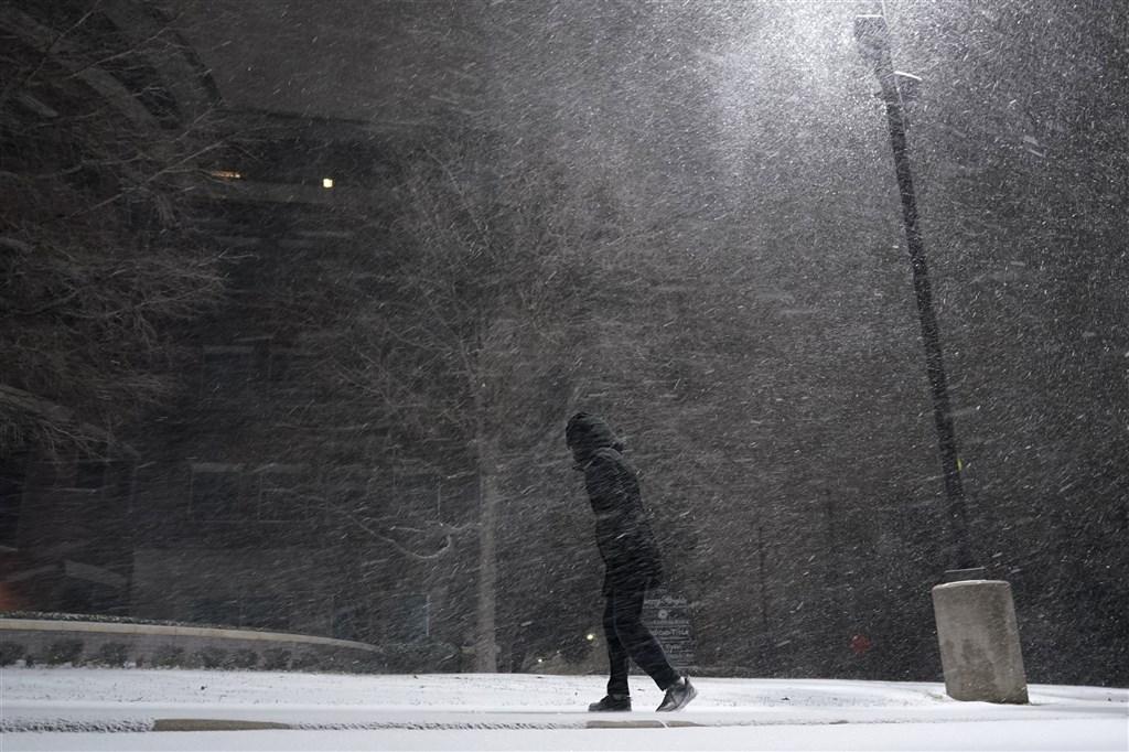 酷寒風暴肆虐美國,使得中部及南部部分地區本週稍早陷入癱瘓,逾70人喪命。(美聯社)