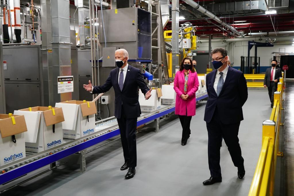 美國總統拜登(左1)19日訪察大藥廠輝瑞。(圖取自twitter.com/pfizer)