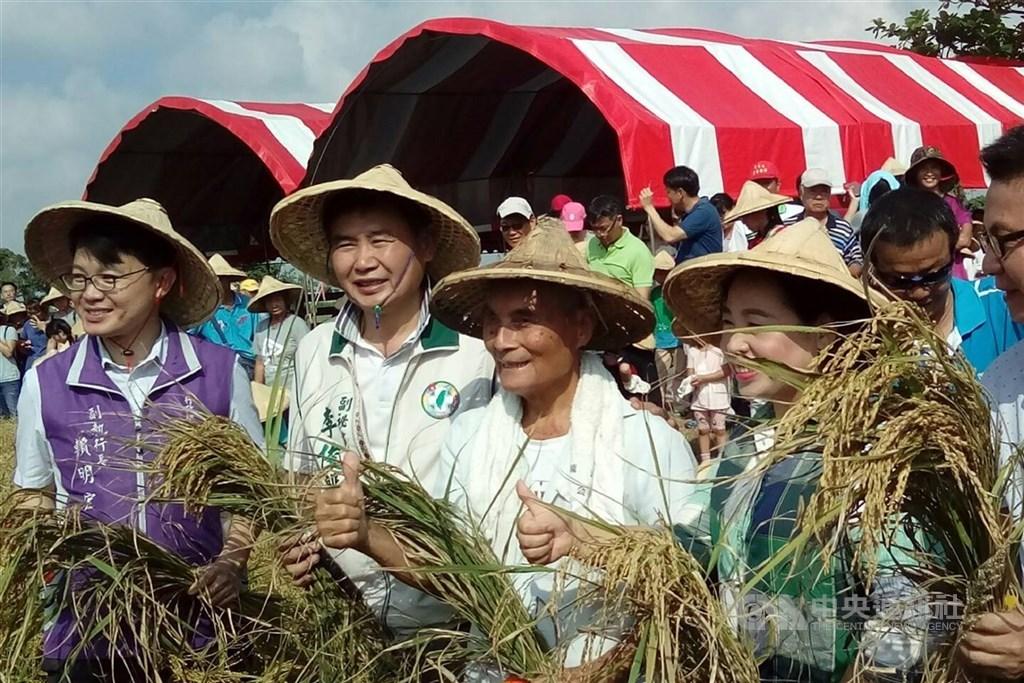 台南市無米樂稻米推廣促進會過去舉辦「歡喜割稻尾」活動,「崑濱伯」黃崑濱(前左3)也現身參與敬天謝土儀式。(中央社檔案照片)