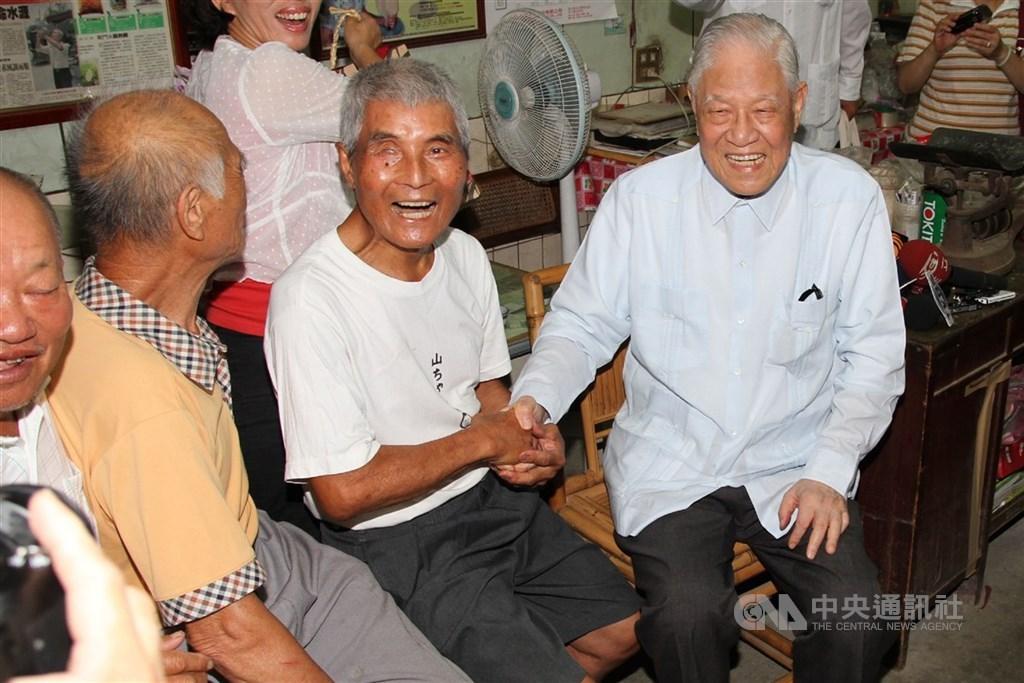 故總統李登輝(右1)2012年5月曾赴台南市後壁菁寮社區拜訪紀錄片無米樂的男主角黃崑濱(右2)等人。(中央社檔案照片)