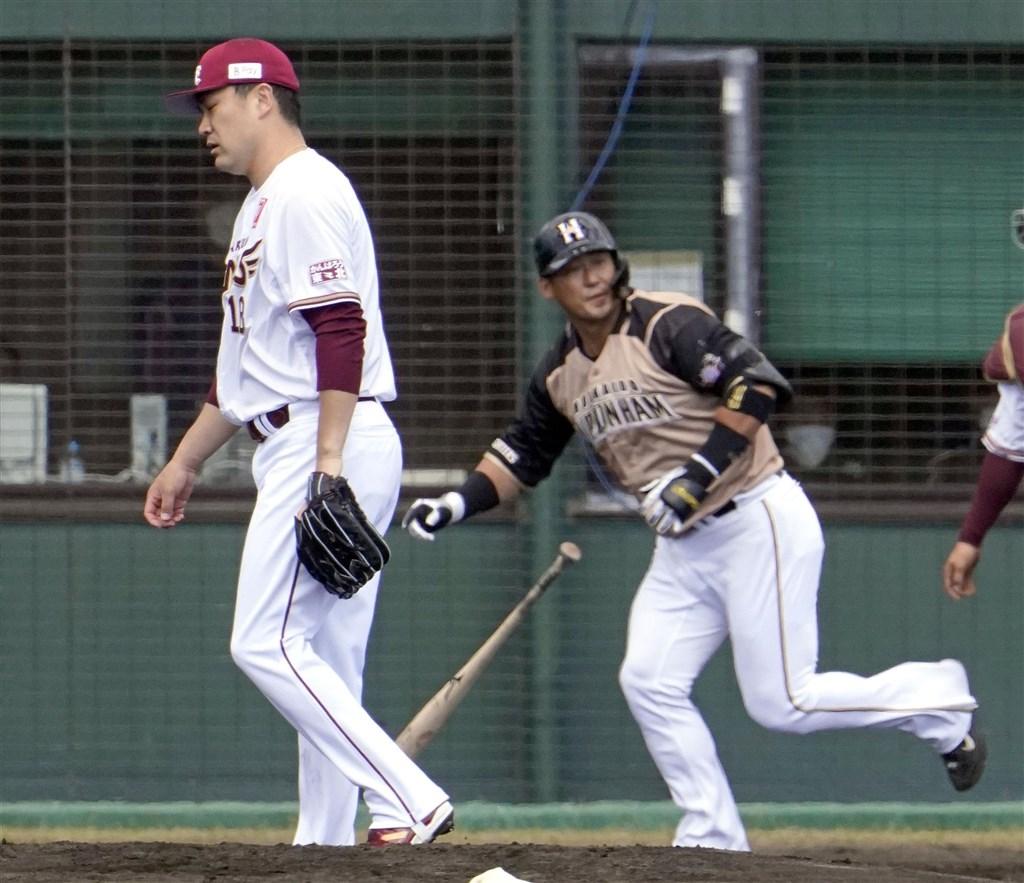 日本職業棒球東北樂天金鷲隊20日在春訓練習賽對戰火腿隊,投手田中將大(左)先發投2局,被火腿球員中田翔敲3分全壘打。(共同社)