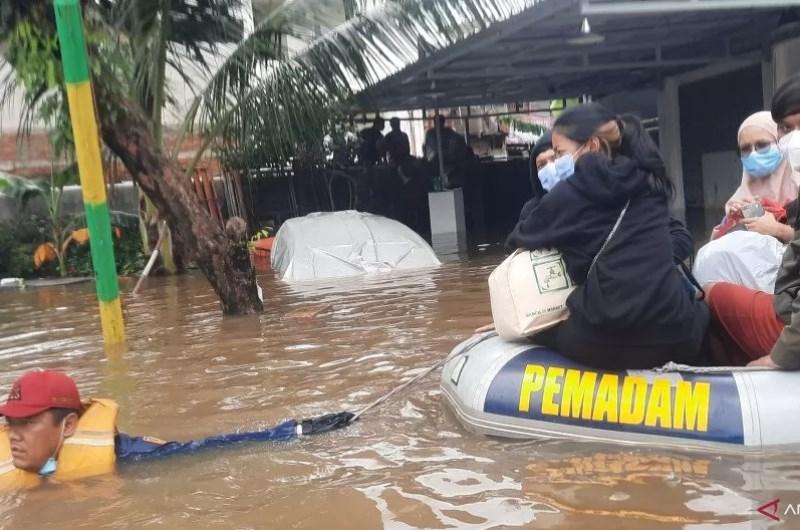 印尼首都雅加達19日晚下起滂沱大雨,雅加達周邊地區和數十條主要交通幹道20日水滿為患,當局已疏散超過1300名居民至臨時避難所。(安塔拉通訊社)