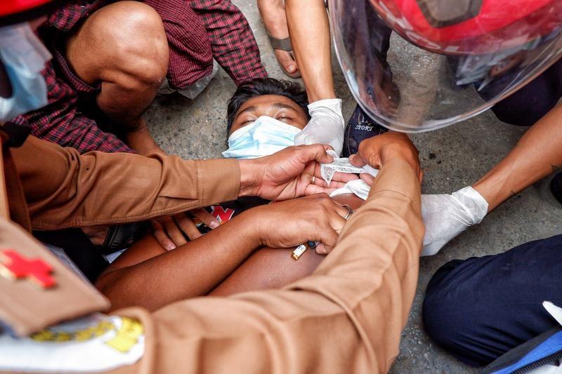 緬甸第二大城市瓦城民眾20日發起反政變示威,警方開槍驅散抗議群眾釀成2人死亡、20人受傷。(路透社)