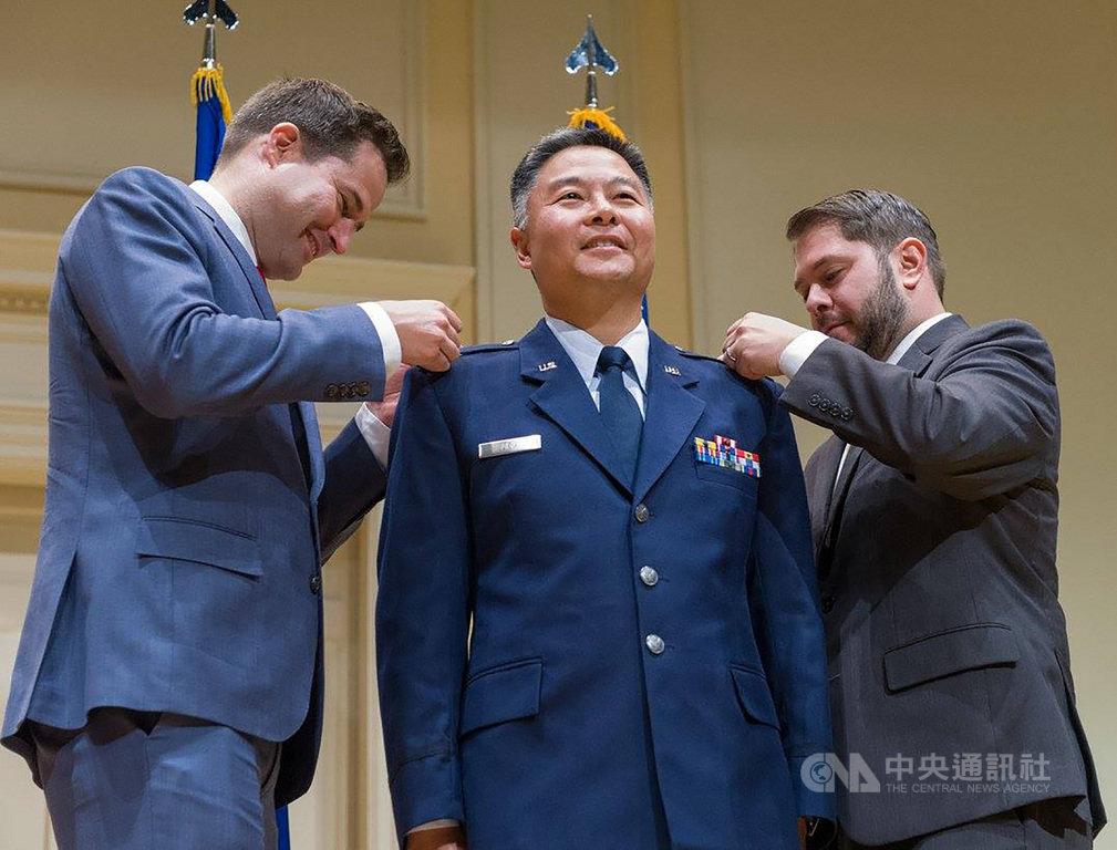 台裔美籍的美國聯邦眾議員劉雲平(中)曾服役於美國空軍,現為後備役上校。(丘繼聰提供)中央社記者林宏翰洛杉磯傳真 110年2月21日