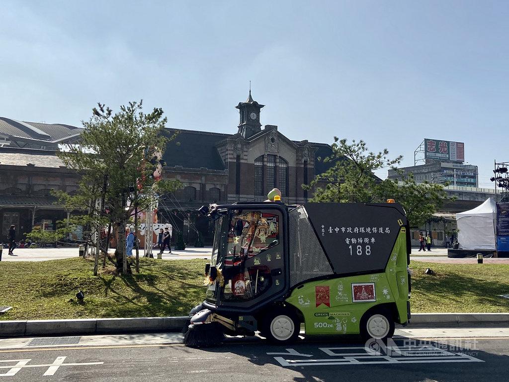 台中市政府引進小型電動掃街車,街道揚塵去除率逾90%,能清掃大型掃街車無法觸及的死角,有效改善市容環境。(台中市政府提供)中央社記者趙麗妍傳真 110年2月21日