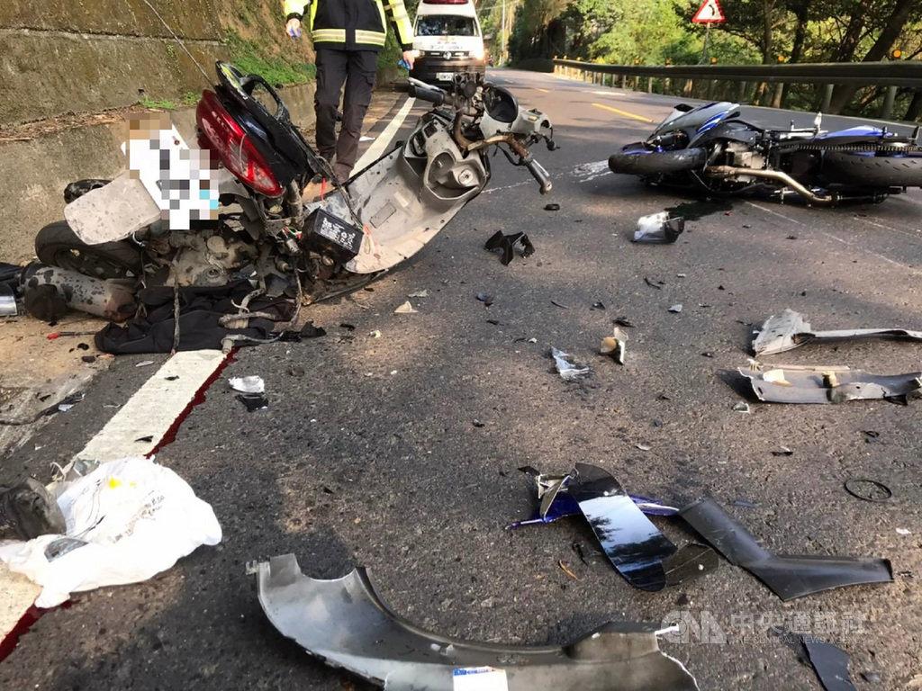 北宜公路18.1K處21日發生兩輛機車車禍,現場機車零件散落一地,騎士1死1重傷,肇事原因仍待調查釐清。(翻攝照片)中央社記者王鴻國傳真 110年2月21日