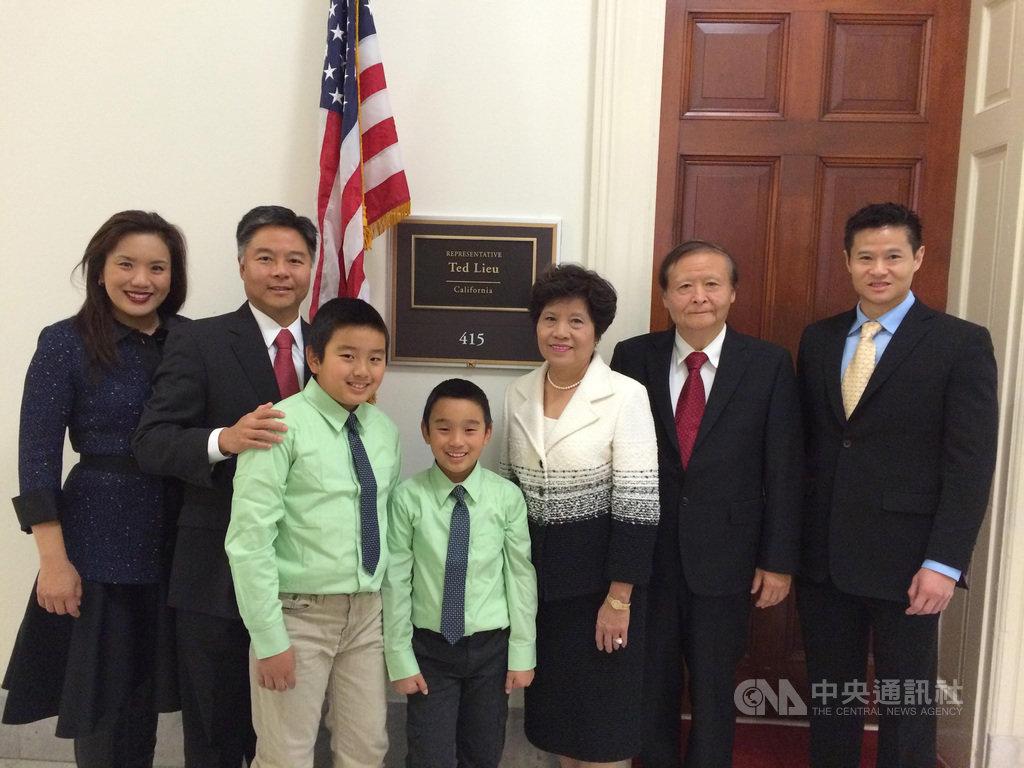 美國聯邦眾議員劉雲平(左2)出身台灣家庭,圖為2015年首次當選時,全家在華府辦公室合影。(丘繼聰提供)中央社記者林宏翰洛杉磯傳真 110年2月21日
